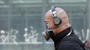 Đeo mặt nạ chống khói bụi trên đường phố Bắc Kinh. Ảnh chụp vào tháng 05/2013.