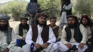 Foto de arquivo mostra o chefe talibã Hakimullah Mehsud (centro), assassinado nesta sexta-feira, 1° de novembro de 2013,por avião teleguiado americano.