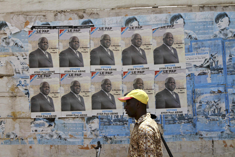 Yaoundé, le 7 octobre 2011. Les affiches d'Ayah Paul Abine du Parti d'action du peuple : «L'homme du peuple».