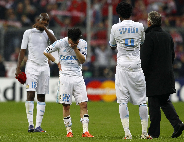 Jogadores do Olympique de Marselha, eliminado nesta terça-feira da Liga dos Campeões, choram após derrota para o Bayern de Munique.