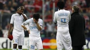 Jogadores do Olympique de Marselha, eliminado nesta quarta-feira da Liga dos Campeões, choram após derrota para o Bayern de Munique.