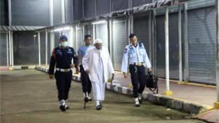 Le chef islamiste indonésien Abu Bakar Bashir sortant de prison, ce vendredi 8 janvier 2021 après dix derrière les barreaux.