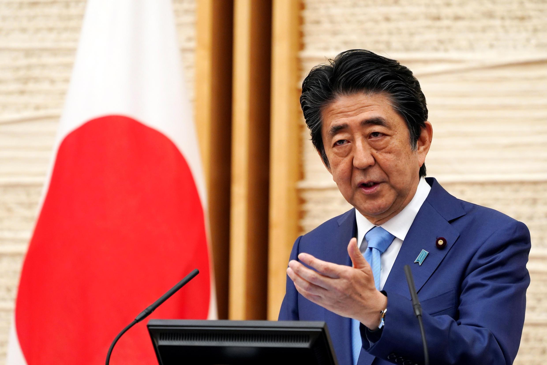 Thủ tướng Shinzo Abe họp báo tại Tokyo ngày 04/05/2020 thông báo triển hạn tình trạng khẩn cấp trên toàn lãnh thổ Nhật Bản đến cuối tháng 5/2020.