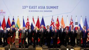 Lãnh đạo các nước tham gia thượng đỉnh Đông Á lần thứ 13 chụp ảnh chung tại Singapore, ngày 15/11/2018.