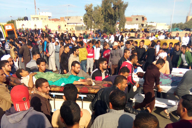 Vítimas do ataque terrorista perto da mesquita de Rawda são transportados em ambulâncias