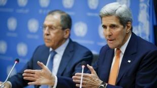 O secretário de Estado norte-americano, John Kerry, e o ministro russo das Relações Exteriores, Serguei Lavrov, após a adoção do plano de paz para a Síria no Conselho de Segurança da ONU nesta sexta-feira (18).
