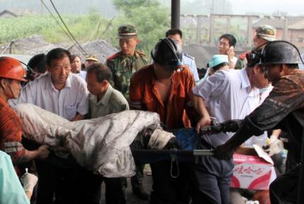 广西合山煤矿塌陷事故两名被困矿工获救 2011 07 10