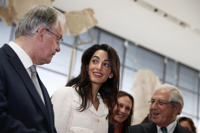 L'avocate Amal Alamuddin-Clooney en compagnie du ministre grec de la Culture, le 15 octobre à Athènes.