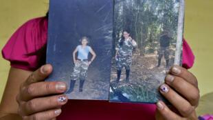 La ex guerrillera apodada 'María' muestra fotos de su pasado, en Bogotá, mayo del 2014.