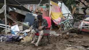 Un homme devant sa maison détruite par les inondations à Viru, dans le nord du Pérou, le 20 mars 2017.