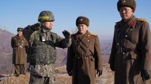 Quân đội Hàn Quốc (trái) và Bắc Triểu Tiên kiểm tra việc dỡ bỏ đồn kiểm soát biên giới hai nước, ngày 12/12/2018.