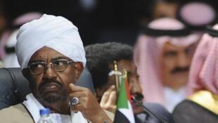 Le président soudanais Omar el-Béchir, dont le pays s'est porté volontaire, aux cotés de l'Arabie saoudite, pour prendre part aux raids aériens au Yémen, le 28 mars 2015 à Charm el-Cheikh lors du sommet de la Ligue arabe.