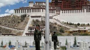 西藏拉薩布達拉宮前軍事警察站崗  2010年6月29日