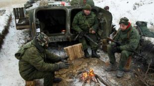 Des soldats séparatistes de la république auto-proclamée de Lougansk, sur leur position, le 19 décembre 2016.