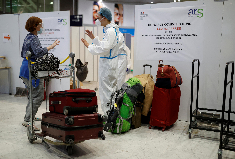Viajantes passam por teste para coronavírus ao chegarem no aeroporto Charles de Gaulle, em Paris.