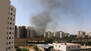 Une épaisse fumée noire s'échappe de l'aéroport de Tripoli, dimanche 13 juillet, après l'attaque lancée par des groupes islamistes.