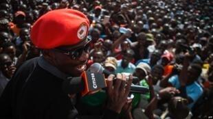 Robert Kyagulanyi, anayefahamika kwa jina la usanii Bobi Wine, wakati akionekana mbele ya umati wa watu Kibera, Nairobi, alipokuwa katika ziaraya siku tano nchini Kenya.