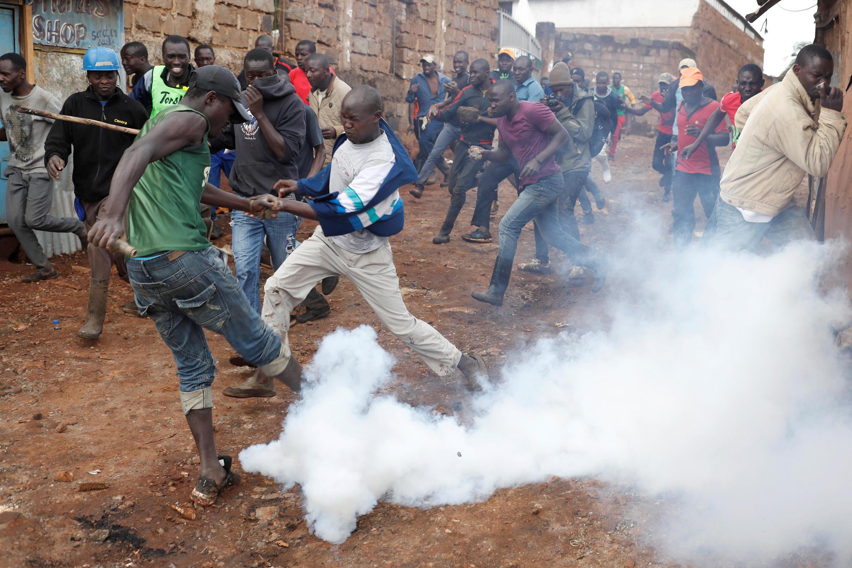 Enfrentamientos entre partidarios de Raila Odinga y policías en Nairobi, 26 de octubre.