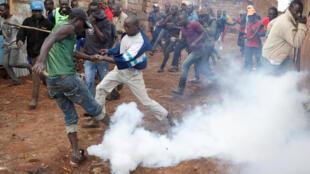 Des affrontements entre supporters de Raila Odinga et policiers, dans le quartier de Kibera à Nairobi, en marge du scrutin présidentiel bis qui se tient ce 26 octobre 2017.