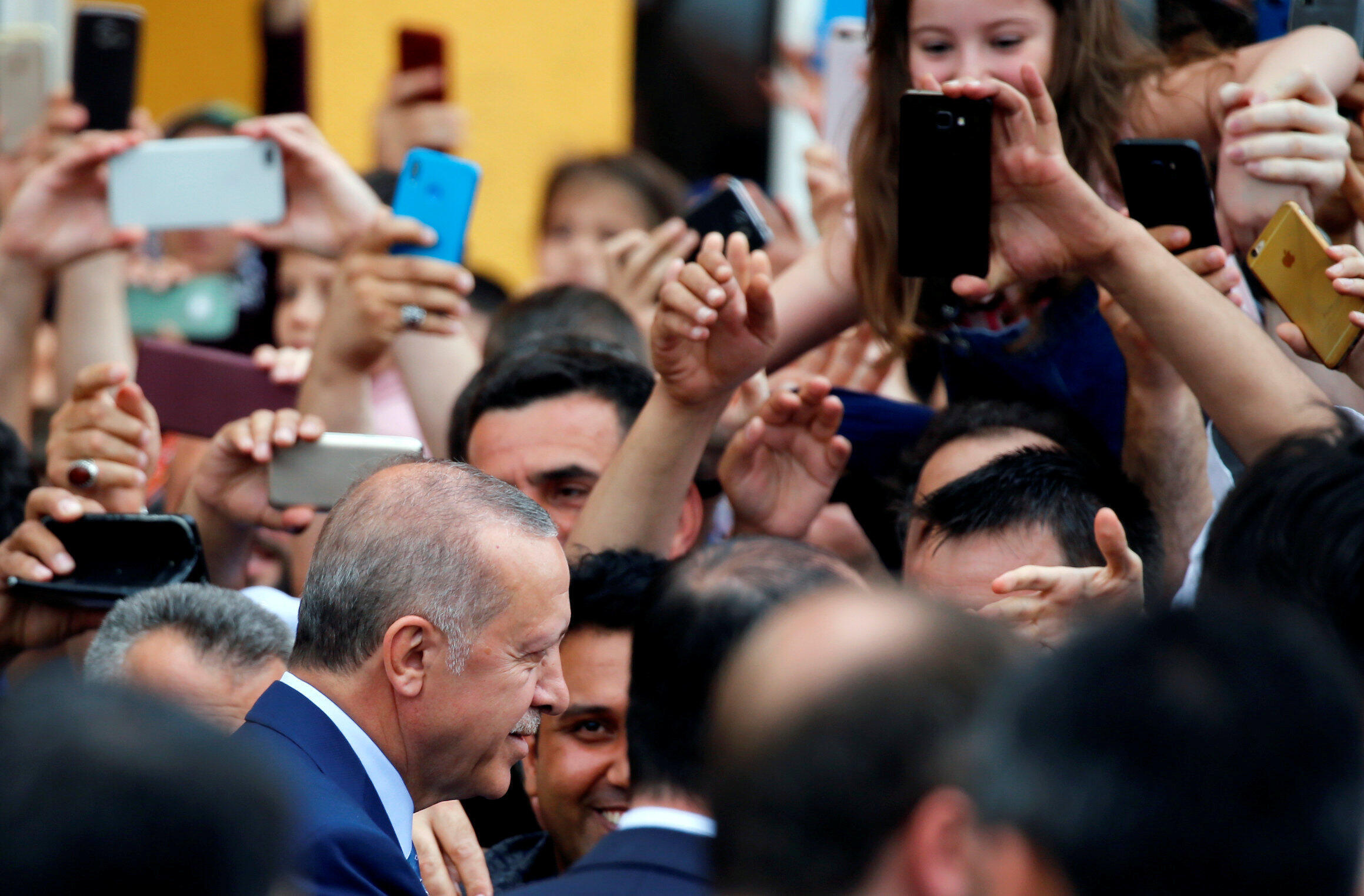 Presidente Erdogan ao sair do local de votação neste domingo (24), em Istambul.