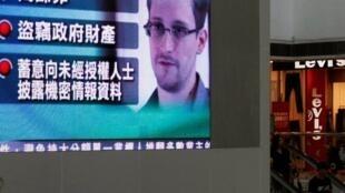 Monitor mostra informações sobre as acusações americanas contra Snowden  em um shopping de Hong Kong neste sábado, 22 de junho de 2013.