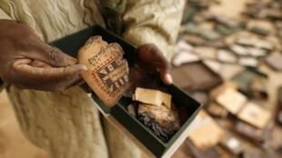 Un manuscrit brûlé à l'institut Ahmed Baba, à Tombouctou le 31 janvier 2013.