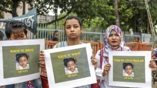 Mulheres bengalesas exibem foto da estudante Nusrat Jahan Rafi, de 19 anos, queimada viva após denunciar agressão sexual.