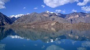 A estrada de Pamir, famosa rota ciclística que passa pelo Tajiquistão.