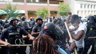 Makabiliano kati ya waandamanaji na polisi huko Louisville baada ya uamuzi wa mahakama ya Marekani katika kesi ya Breonna Taylor. Septemba 24, 2020.