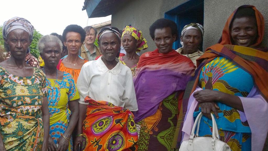 Stéphane Audouin-Rouzeau à la rencontre de rescapées du génocide des Tutsi.