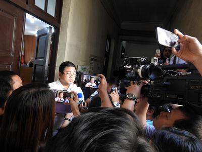 馬尼拉地區初審法院2019年9月18日宣布廣大興案判決,8名開槍射擊的菲律賓海岸防衛隊人員被判殺人罪成立。菲國媒體相當關注這起案件,圖為被告律師在法庭外受訪。