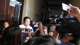 马尼拉地区初审法院2019年9月18日宣布广大兴案判决,8名开枪射击的菲律宾海岸防卫队人员被判杀人罪成立。菲国媒体相当关注这起案件,图为被告律师在法庭外受访。