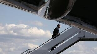O presidente americano Barack Obama embarca no Air Force One rumo a Los Angeles, em 10 de maio de 2012