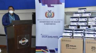 Imagen cedida por la presidencia de Bolivia en la que se ve al mandatario Luis Arce en la recepción de 40.000 tests de detección rápida del coronavirus cedidos por la PAHO, el 31 de diciembre de 2020 en el aeropuerto de Santa Cruz
