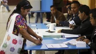 Eleitora vota em San Pedro Sacatepéquez, na periferia da Cidade da Guatemala