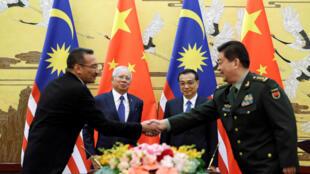 Thủ tướng Malaysia Najib Razzak (sau bên trái) và thủ tướng Trung Quốc  Lý Khắc Cường ( sau bên phải) chứng kiến lễ ký thỏa thuận Malaysia mua tàu chiến Trung Quốc tại Bắc Kinh ngày 01/11/2016.