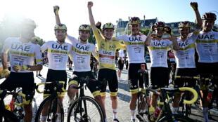 El equipo ganador de los Emiratos Árabes Unidos con el campéon esloveno Tadej Pogacar (C) luciendo la malla amarilla de líder general celebra al final de la 21a y última etapa de la 108a edición de la carrera ciclista del Tour de Francia, 108 km entre Chatou y Paris Champs -Elysees, el 18 de julio de 2021.