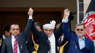 Rais wa Afghanistan Ashraf Ghani (katikati), Makamu wa Kwanza wa rais Amrullah Saleh (kushoto) na Makamu wa Pili wa rais Sarwar Danish (kulia), katika sherehe yao ya kutawazwa mjini Kabul, Machi 9, 2020.