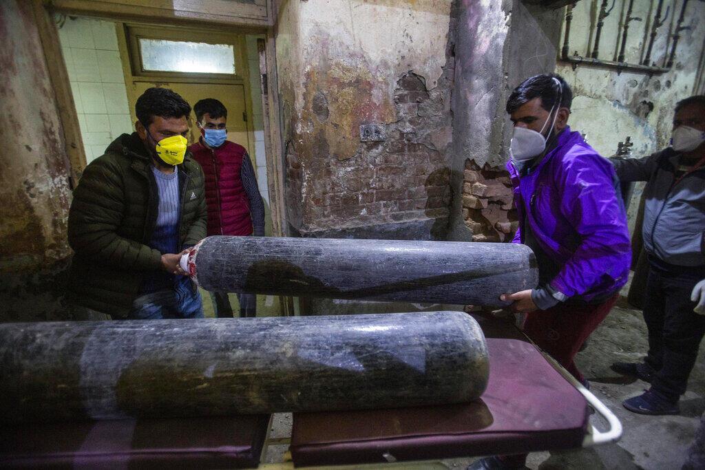 Vận chuyển các bình oxy quý hiếm đến bệnh viện ở Srinagar, Ấn Độ,ngày 25/04/2021.