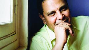 Alaa El Aswani s'est fait connaître en 2002 avec L'Immeuble Yacoubian, devenu un best-seller mondial.
