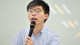 香港众志秘书长黄之锋周日结束对台访问,在香港过境准备前往德国访问时再次被警方拘捕。