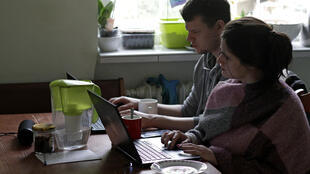 Dos personas trabajando desde casa durante el confinamiento.