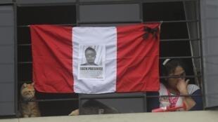 Drapeau péruvien avec la photo d'un manifestant tué durant le week-end, le 16 novembre 2020.