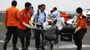 As operações de busca do voo da AirAsia foram retomadas nesta segunda-feira (5).