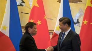 菲律宾总统杜特尔特(左)与中国国家主席习近平握手,2016年10月20号