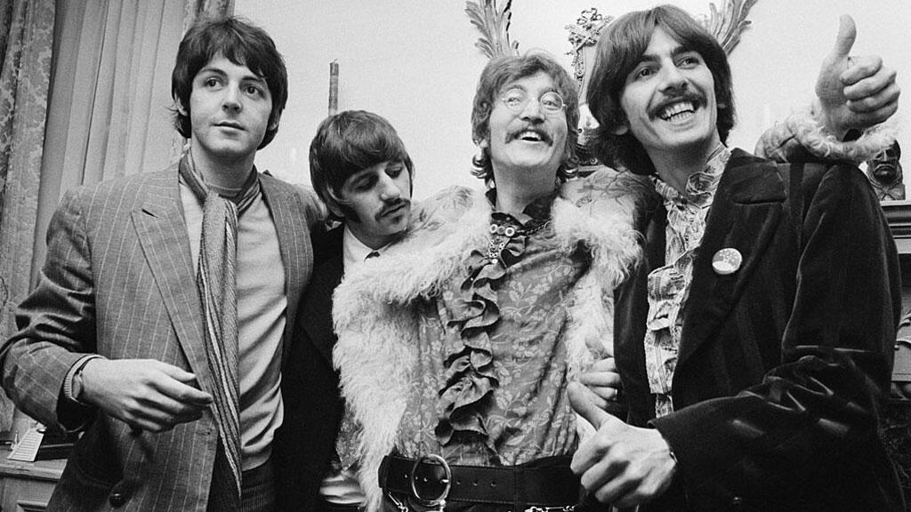 De g. à dr. Paul McCartney, Ringo Starr, John Lennon, et George Harrison à Londres, le 19 mai 1967.