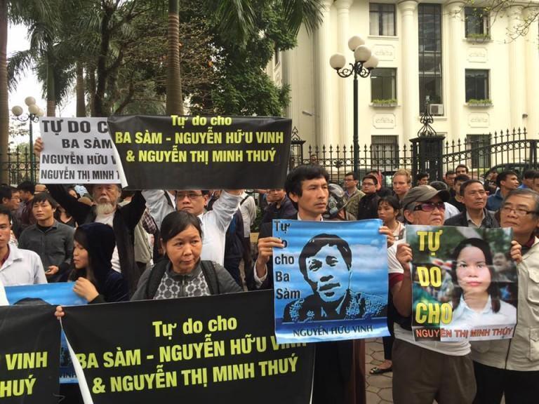 Người dân biểu tình kêu gọi trả tự do cho Nguyễn Hữu Vinh và Nguyễn Thị Minh Thúy bên ngoài tòa án hồi tháng 3/2016.