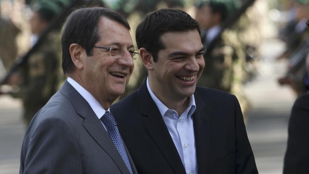 Le président chypriote Nicos Anastasiades (G) lors d'une visite du Premier ministre grec Alexis Tsipras (D), à Nicosie, le 2 février 2015.