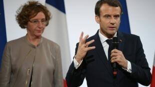 Le président français Emmanuel Macron et la ministre du Travail Muriel Pénicaud, en décembre 2017 à Paris.