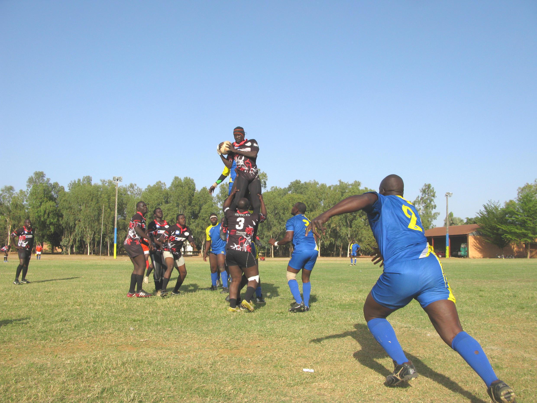En noir, les «Hippo XV», du nom d'un quartier de Bamako appelé Hippodrome. En bleu, les joueurs de l'USFAS, le club de l'armée malienne.